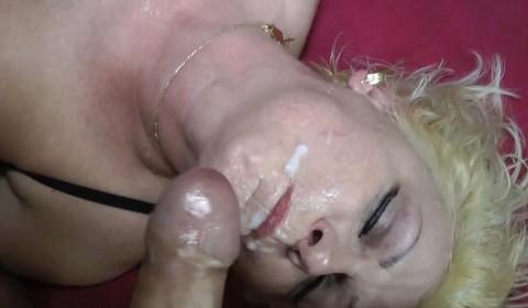 Spermaschlampe Rinata schlürft 2 Ladungen