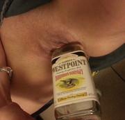 Laura  besorgt es sich mit der Whiskyflasche