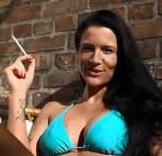 bikini raus, zigarette an und ab in die sonne..