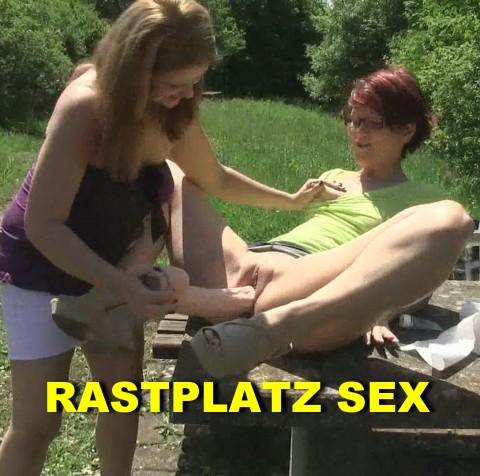 Zwei Girls am Rastplatz